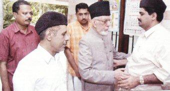 GM Banatwala, national president of Indian Union Muslim League, embraces Syed Basheer Ali Shihab at the Kodappanekkal House, Panakkad (Malappuram) (Photo: Middle East Chandrika)