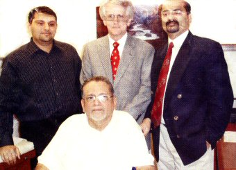Syed Shihab Thangal (center) accompanied by his son, Syed Munawwar Ali Shihab Ali Shihab and team of doctors at the Mayo Clinic in Rochester prior to the surgery. (Photo: Middle East Chandrika)